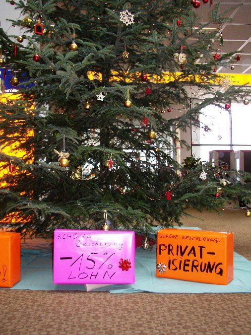 Der Weihnachtsbaum in der Westhalle im Uniklinikum Göttingen. Nach Personalabbau und Arbeitsverdichtung in den letzten Jahren schreibt das Klinikum schwarze Zahlen. Finanzvorstand Barbara Schulte plant dennoch Lohnabsenkungen!